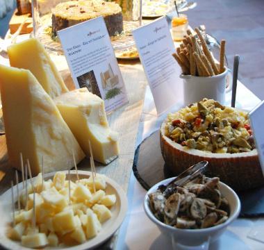 Das Käsebuffet liebevoll in Szene gesetzt