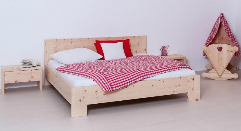 Zirbenholzmöbel im alpinen Schlafzimmer